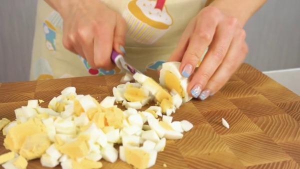 Салаты с грудкой курицы. Рецепты слоями с яйцами, ананасами, огурцами с фото, видео