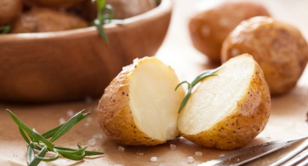 Как сварить картошку в кастрюле в мундире целиком, для пюре, кусочками для салата, с мясом