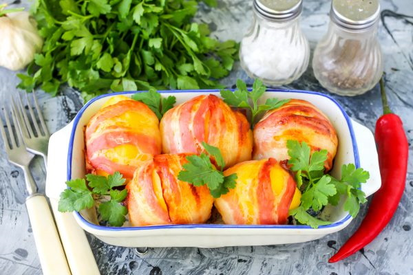 Картошка в беконе в духовке, на мангале, сковороде. Рецепты пошагово