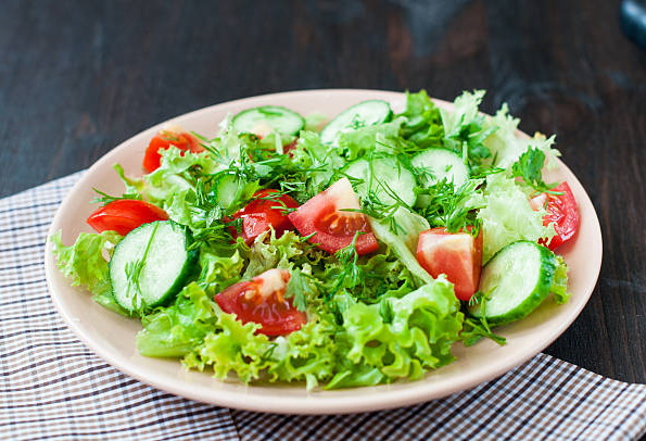 Салат с листьями салата и сухариками