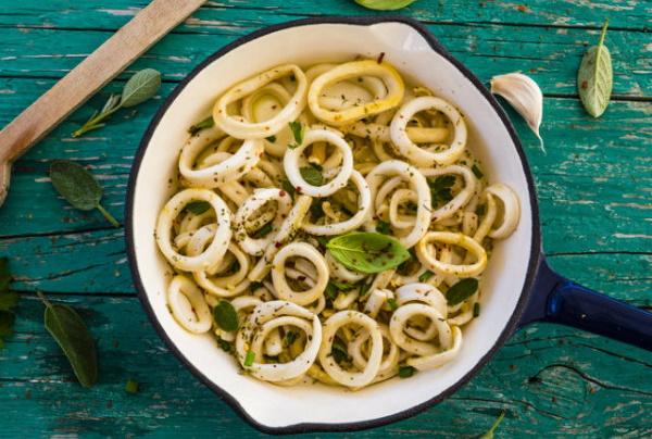 Кальмары жареные с луком, морковью, чесноком, грибами. Рецепт в сметане, соевом соусе, майонезе, сливках. Пошагово