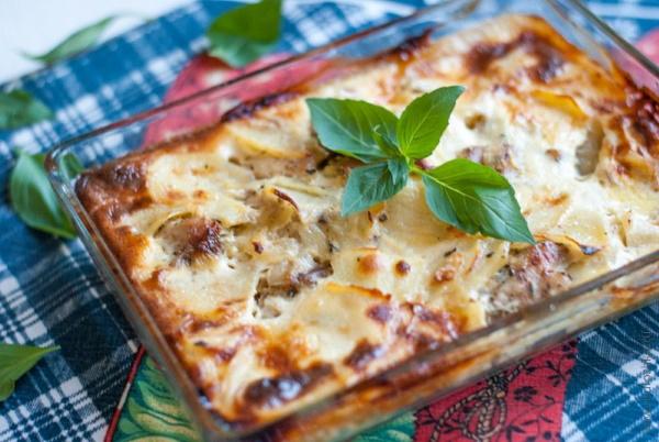 Картошка с грудкой в духовке. Рецепт на противне в горшочке, фольге, рукаве с майонезом, сыром, чесноком, сметаной
