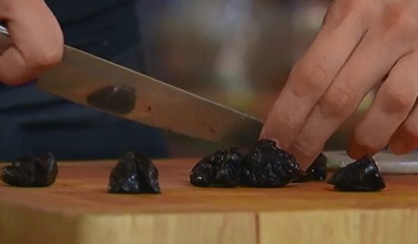 Торты с черносливом и грецким орехом. Рецепты простые со сгущенкой, сметанным кремом, маком, взбитыми сливками