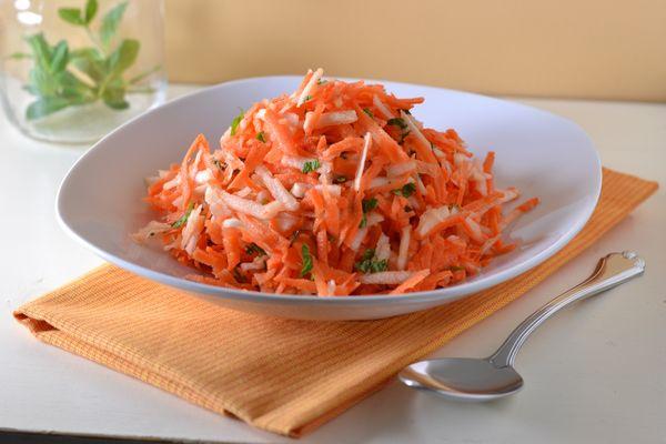 Салаты из яблока и моркови, яйца, сыра, капусты, свеклы, курицы, сельдерея, изюма пошагово