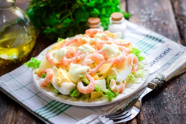 Салаты с креветками и ананасами. Рецепты очень вкусные с сыром, яйцом, капустой, крабовыми палочками