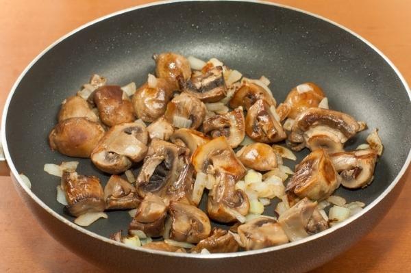 Салаты из колбасы копченой, красной фасоли, кукурузы, капусты