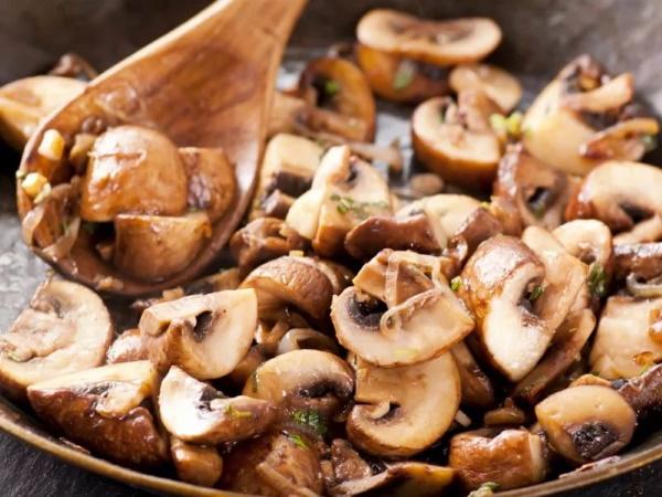 Салаты с солеными грибами груздями, белыми, лисичками. Рецепты на праздничный стол с курицей, ветчиной, крабовыми палочками, сыром