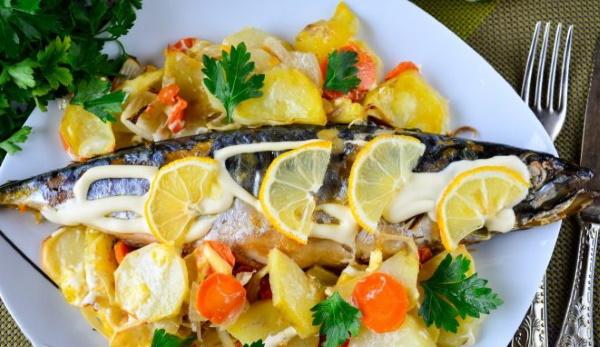 Скумбрия с картошкой в духовке. Рецепты с майонезом, лимоном, луком, сметаной, в фольге, рукаве на противне