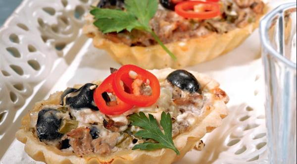 Тарталетки с тунцом консервированным. Рецепты с яйцом, сыром творожным, свежим огурцом, соленым, кукурузой