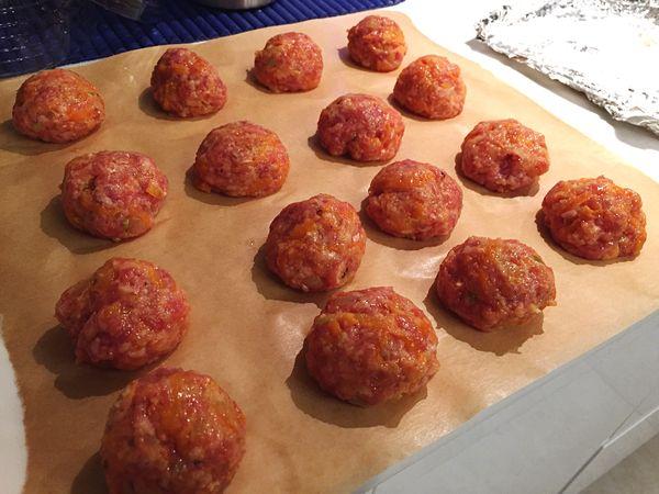 Тефтели в духовке в сметанном соусе. Рецепт пошаговый, мясные, куриные с картошкой, сыром, подливкой, рисом. Фото