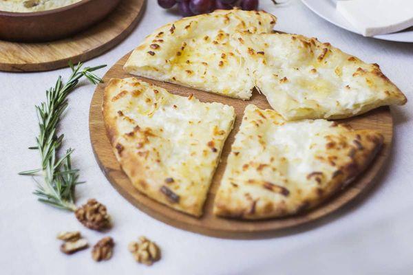 Выпечка с адыгейским сыром. Рецепты на сковороде, в духовке, мультиварке из дрожжевого, слоеного теста
