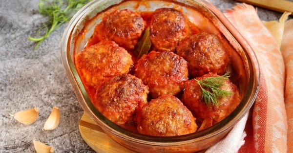 Ежики в томатном соусе в духовке, мультиварке, на сковороде. Рецепты со сметаной, рисом, чесноком, гречкой