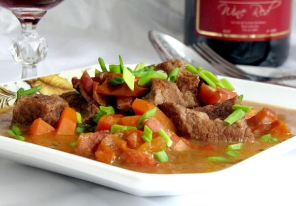 Говядина по-бургундски. Классический рецепт в красном вине с грибами, беби-картофелем, пюре, соусом из портвейна, букетом гарни