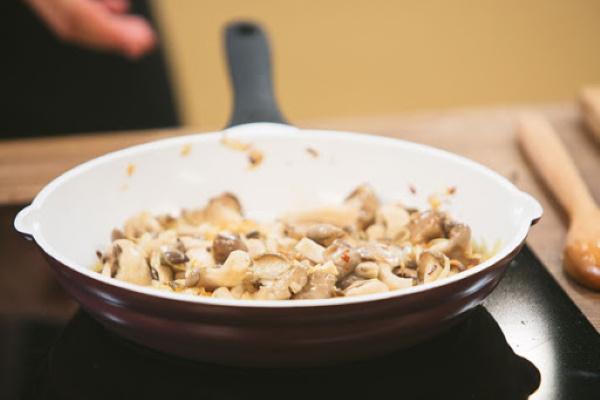 Гуляш из индейки с подливкой. Рецепты на сковороде, в мультиварке, кастрюле со сметаной, мукой, сливками, рисом, перцем