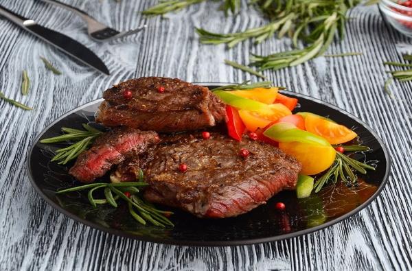 Как приготовить антрекот из говядины мягким в духовке, мультиварке, на сковороде с подливкой, грибами, сливками