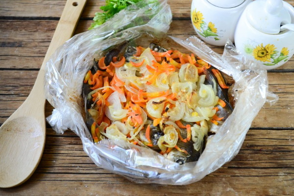 Карась в духовке в фольге, рукаве для запекания целиком. Рецепты с картошкой, майонезом, чесноком, сметаной. Пошагово