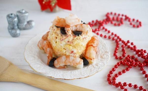 Королевский салат. Рецепт классический с креветками, желатином, крабовыми палочками, курицей, икрой мойвы, сухариками