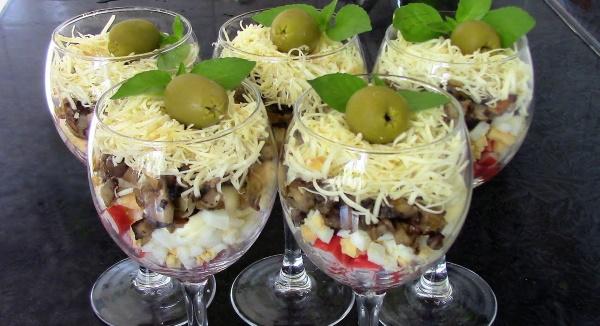 Порционные салаты на праздничный стол. Рецепты в креманках, стакане, тарталетках с креветками, курицей, ананасом, грибами, кальмарами