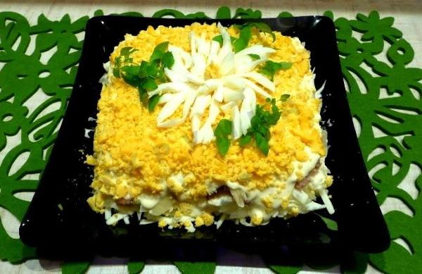 Салат Хризантема. Рецепт классический с чипсами, крабовыми палочками, копченой курицей, консервами, яблоком. Фото пошагово