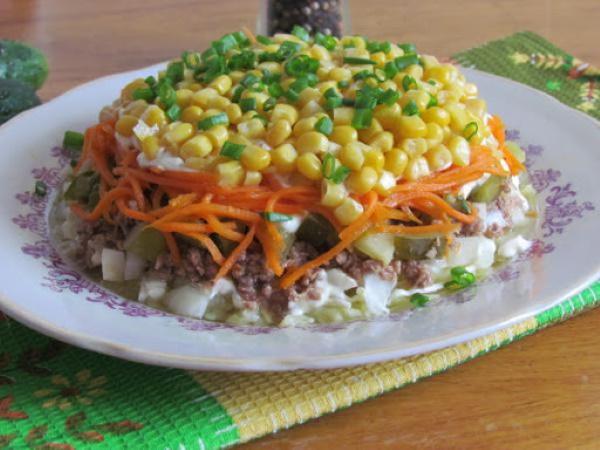Салаты из тунца и пекинской капусты, кукурузы, яйца, свежего огурца, авокадо, без майонеза