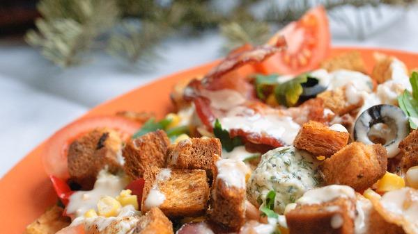Салат Ревнивец с курицей и сухариками. Рецепты с сырными шариками, моцареллой, кукурузой, капустой