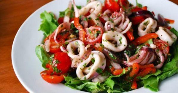 Салаты с кальмарами и грибами. Рецепты с сыром, жареным луком, грецкими орехами, яйцом, кукурузой, курицей