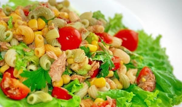 Салат с макаронами. Рецепт с ветчиной, овощами, тунцом, сыром, курицей, крабовыми палочками
