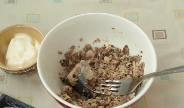 Салат с сайрой консервированной. Рецепт с яйцами, картошкой, рисом, огурцом, сыром, луком, сухариками. Пошагово