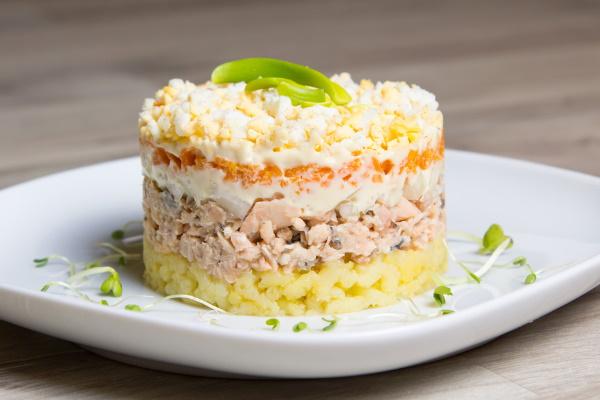 Слоеные салаты. Рецепты с фото на праздничный стол с курицей, грибами, крабовыми палочками, свеклой, мясом, сыром