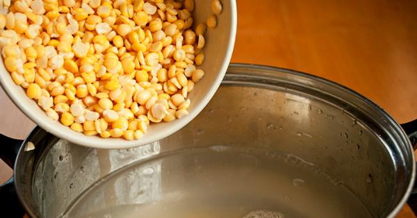 Суп гороховый с говядиной. Рецепт классический в мультиварке, скороварке с копченой колбасой, ребрышками, курицей, картошкой