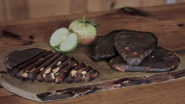 Яблочный сыр в домашних условиях. Рецепт из жмыха, антоновки, белого налива с грецким орехом, клюквой, корицей, тмином. Пошагово