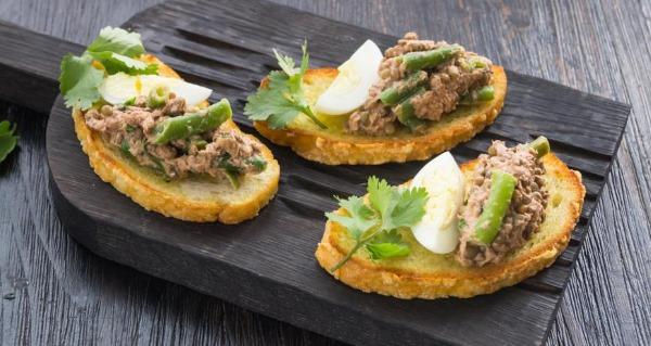 Бутерброды с рыбными консервами на скорую руку. Рецепты в духовке, на сковороде с яйцом, сыром, соленым огурцом, чесноком