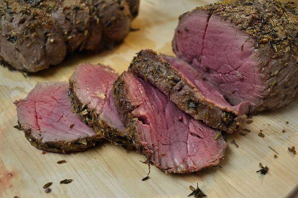 Буженина из говядины в домашних условиях вкусная, сочная. Рецепт в духовке, мультиварке в фольге, рукаве с черносливом, морковью, чесноком, горчицей