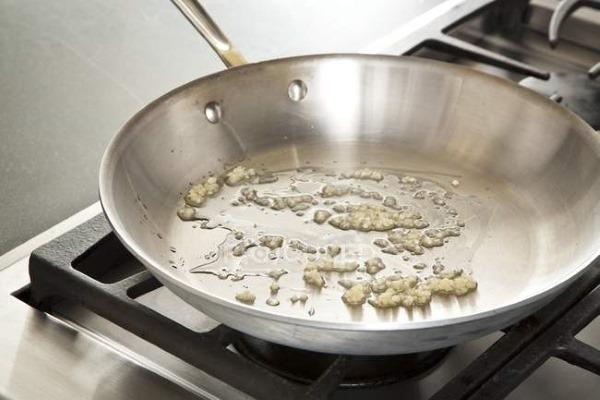 Чесночный соус. Рецепт в домашних условиях для шаурмы, гренок, рыбы, цыпленка табака со сметаной, майонезом, чили, сыром