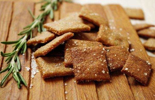 Крекеры. Рецепт в домашних условиях с отрубями, сыром, кунжутом из кукурузной, цельнозерновой, гречневой муки