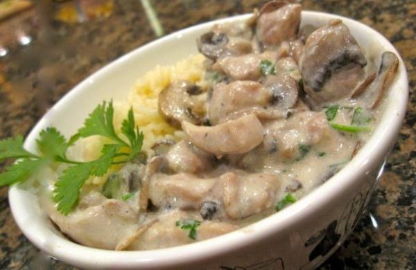 Куриная грудка в сливочном соусе с грибами на сковороде, в духовке, мультиварке