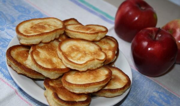 Оладушки из прокисшего кефира пышные. Рецепт без яиц с яблоками, разрыхлителем, дрожжами, шоколадом, бананом