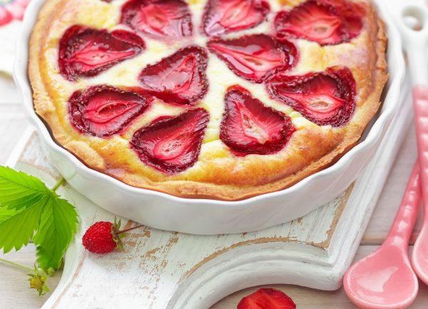 Пирог с клубникой замороженной, свежей. Рецепт со сметанной заливкой, творогом, бананом на кефире, сметане, молоке
