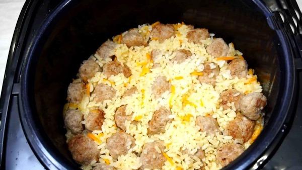 Плов с индейкой в мультиварке, духовке, сковороде. Рецепт с грибами, булгуром, бурым рисом, курагой, нутом