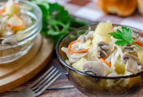 Постный салат из кальмаров и грибов, с огурцами, рисом, без майонеза