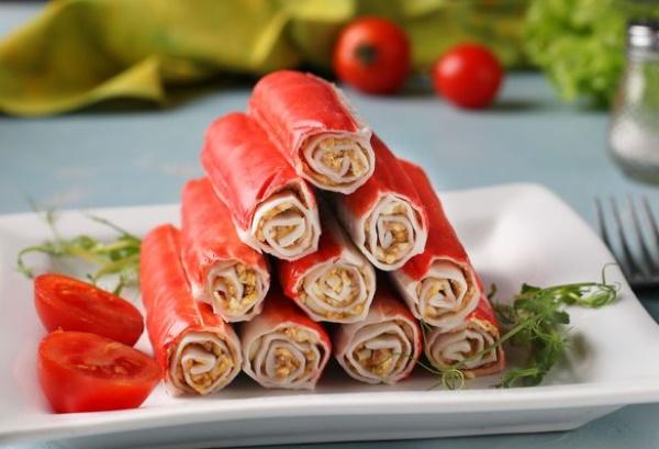 Рулетики из крабовых палочек с разными начинками. Рецепты с огурцом, плавленым сыром, чесноком, яйцом