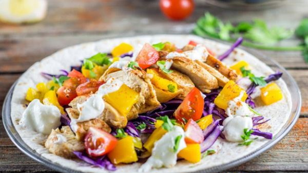 Салат Мексиканский с курицей и болгарским перцем, фасолью, морковью, кетчупом, копченой колбасой. Рецепт