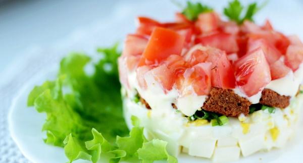 Салаты с Кириешками и помидорами. Рецепт с сыром, колбасой, курицей слоями, кукурузой, яйцом, крабовыми палочками