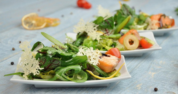 Салат с семгой. Рецепты с фото с авокадо, апельсином, огурцом, норвежский, из соленой, вареной, консервированной