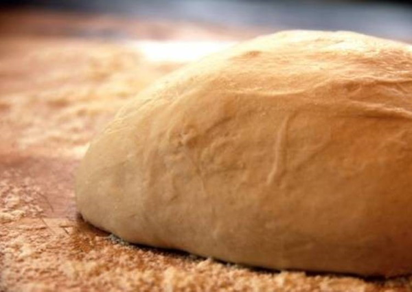 Тесто на пиццу как в пиццерии. Рецепт быстрое дрожжевое, без дрожжей, тонкое, слоеное с кефиром, оливковым маслом, медом