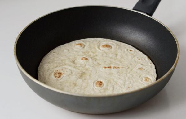 Тортилья с начинкой. Рецепт с фото на сковороде, в духовке, микроволновке с курицей, рыбой