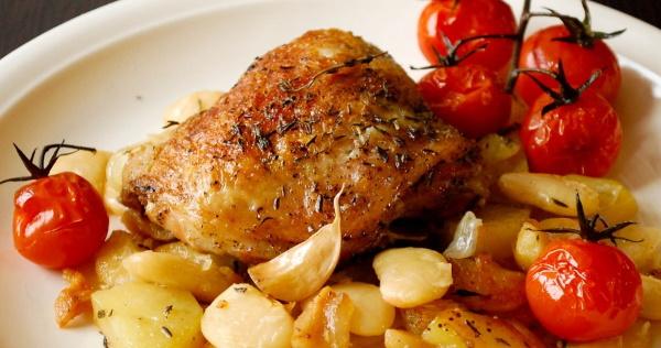 Бедра куриные на сковороде. Рецепт с майонезом, чесноком, подливкой, сметаной, в соусе