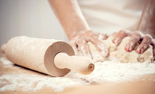 Быстрое тесто для пиццы с сухими дрожжами быстродействующими. Рецепт на молоке, воде, кефире для духовки