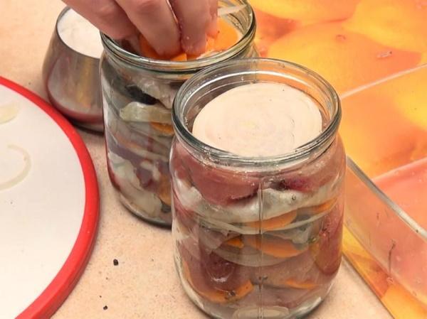Как солить селедку правильно: рецепт целиком, в рассоле, свежую, мороженную в домашних условиях