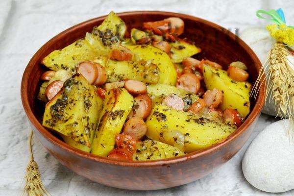 Картошка с сосисками в духовке, мультиварке, горшочке, на сковороде. Рецепт под сыром и без с подливом, майонезом, молоком